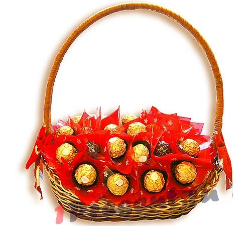 Корзинка из конфет в подарок
